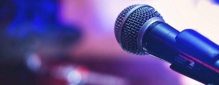 En mikrofon står på en scen